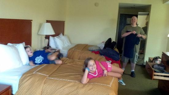 Comfort Suites: Kids and hubby enjoying room