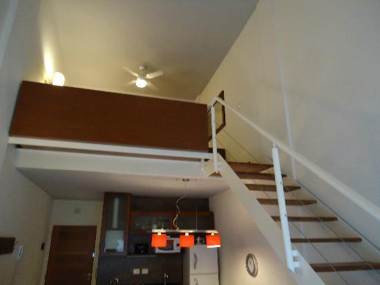 Piedras Suites : Vista da sala para o mezanino