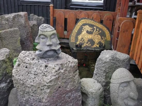 Viking Village Hotel: Sculptures on grounds.