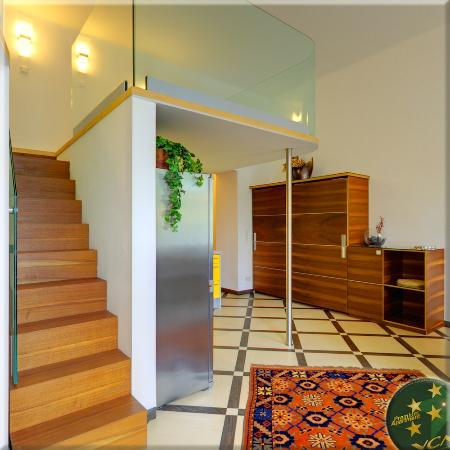 VCA Vienna City Apartments: Queen Apartment N°2, Wooden Stairs