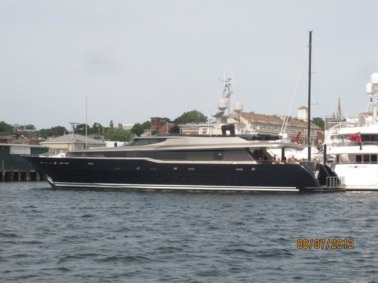 Newport Majestic Cruises: Nice black expensive boat