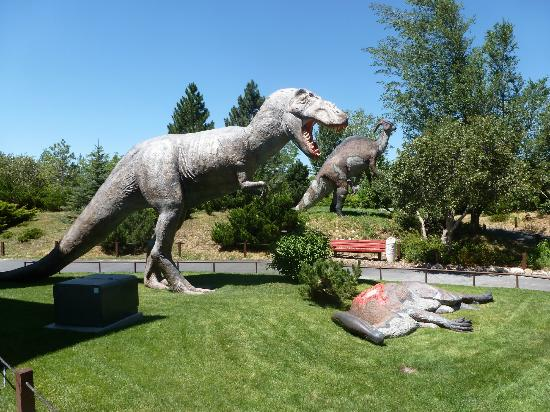 George S. Eccles Dinosaur Park: Statues at the park entrance