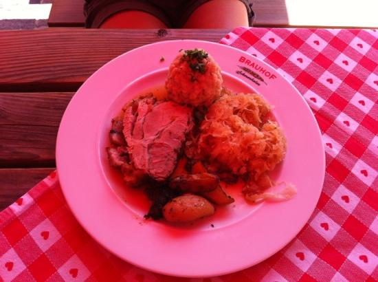Villacher Brauhof: Schweinsbraten mit Semmelknödel und Sauerkraut