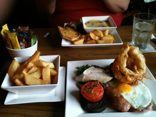 The Heathcote Inn: mixed grill and lasagne