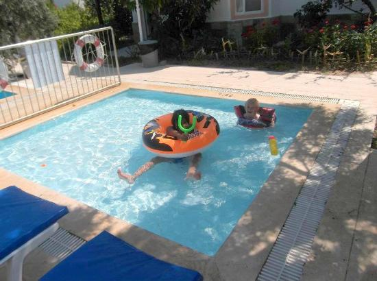 Tosunoglu Apart Otel: Baby pool right outside our apartments (rooms 101, 102, 103)