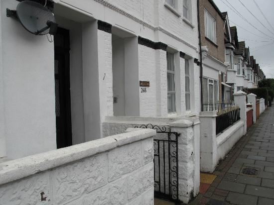 FlexiStay Aparthotel Tooting London: located in the quiet street and it is not easy to find it