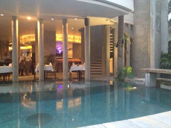 Grandmas Plus Hotel Seminyak : restaurant and pool