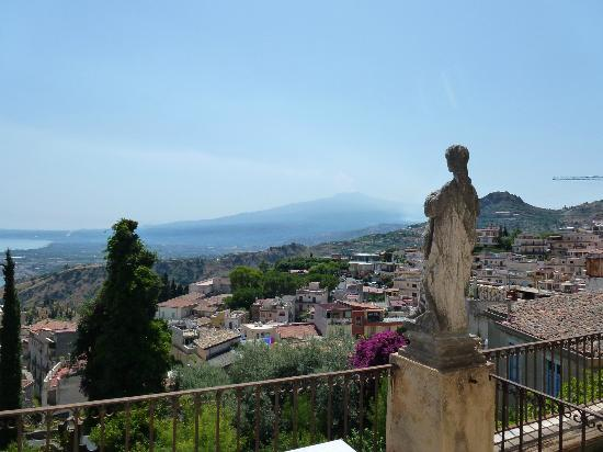 Casa Cuseni B&B: View from the balcony of Mt Etna