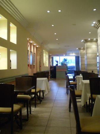 Hotel Niventus: Zona de comedores, al final se ve recepción del hotel