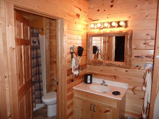 Frontier Cabins Motel: vanity
