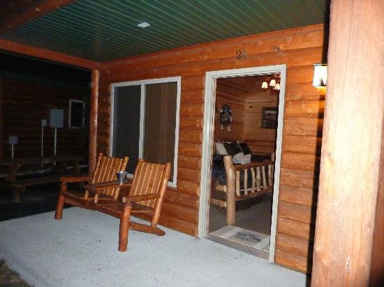 Frontier Cabins Motel: porch