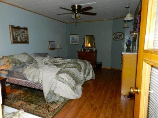 Grandma's Inn : King-size bedroom
