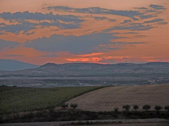 Colle delle Ginestre: Il tramonto dal balone della nostra camera..sospesi tra cielo terra e mare...