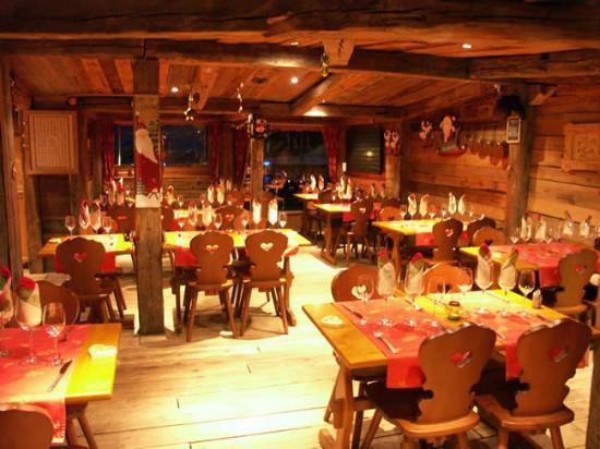 La Cachette Gourmande: L'hiver ou l'été, notre salle décorée en vieux chalet pour des soirées conviviales.