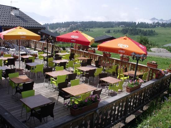 La Cachette Gourmande: L'été la terrasse est face aux alpages, au calme, pas de voiture !