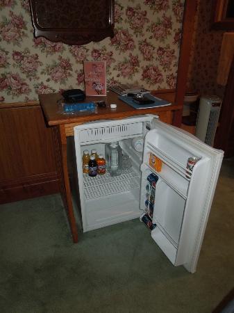 Mad Carpenter Inn: Nice fridge! Complimentary juices.