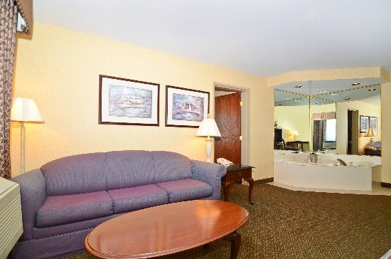 BEST WESTERN PLUS Trail Lodge Hotel & Suites: King Whirlpool Suite Living Area