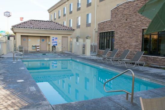 Holiday Inn Express Hotel & Suites Merced: La piscine à bonne température et le spa