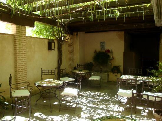 HOTEL CASA MORISCA: El innreíblemente fresco patio de fumadores