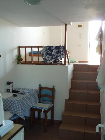 Level Houses : Looking from the kitchen to the day bed area