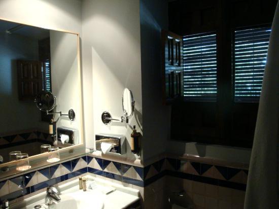 HOTEL CASA MORISCA: Cuarto de aseo de una habitación, con bañera.