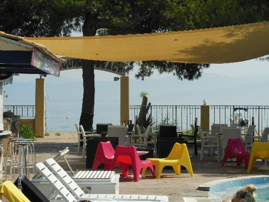 Koulouris Beach Hotel: Eating area and beach