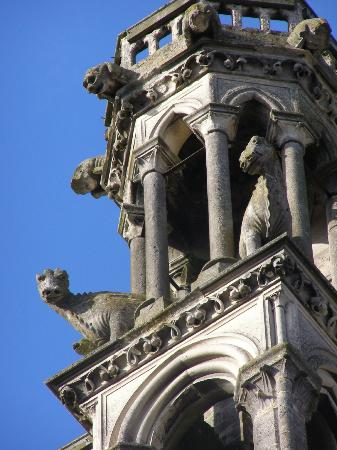 Laon, Prancis: Scary dragons (minus horns) at the top of the Cathedral's west tower