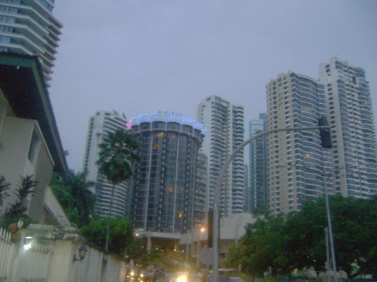 Plaza Paitilla Inn: hotel al atardecer desde la zona del shopping..las luces varian de colores