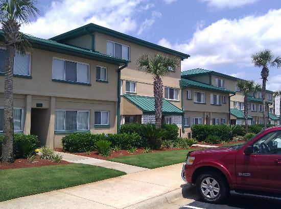 Seaspray Iniums Hotel Grounds