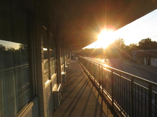 Days Inn Florence Downtown: Breezeways with sunset view