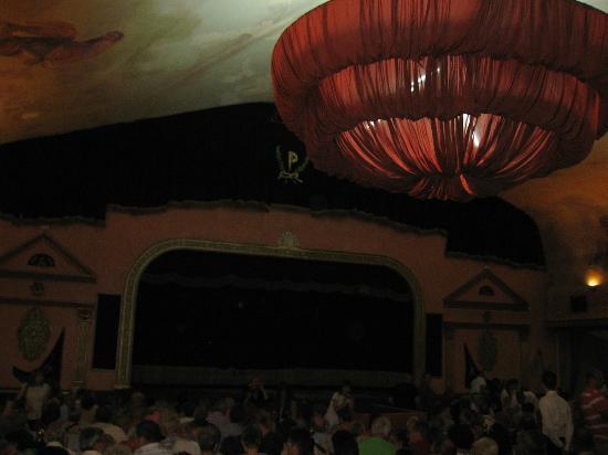 El Palacio Andaluz: EL interior de teatro para empezar con las luces apagadas.