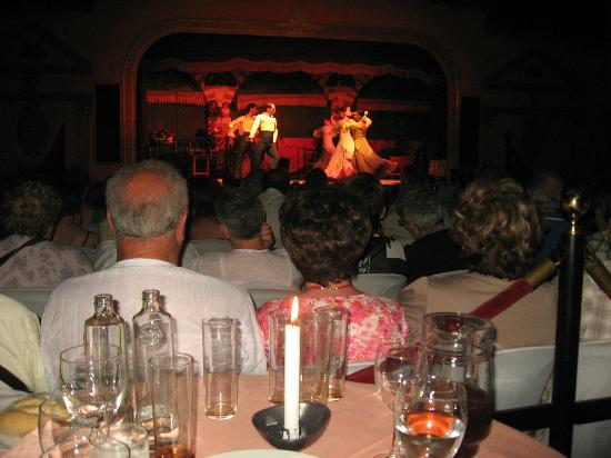 El Palacio Andaluz: Los que van solo con cosumición abajo de la zona de las mesas.