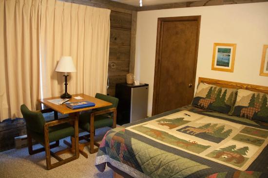 Alpine Motel: Chambre sur le coin, fenètre avec vue sur la rue