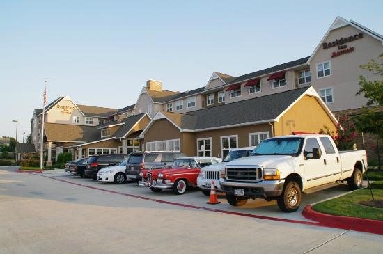 Residence Inn Bryan College Station: outside view with oldtimer