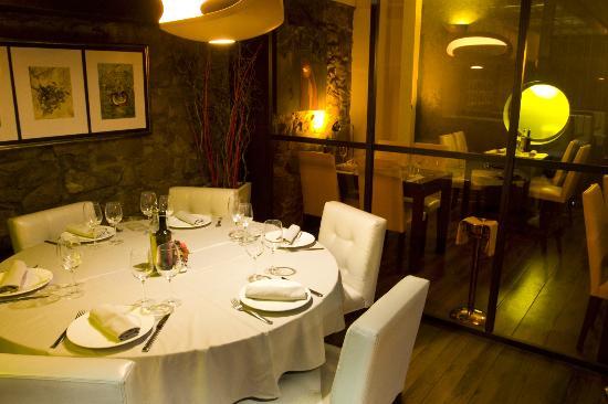 L'Auca Restaurant: Mesas redondas apartadas de 6- 8 comensales