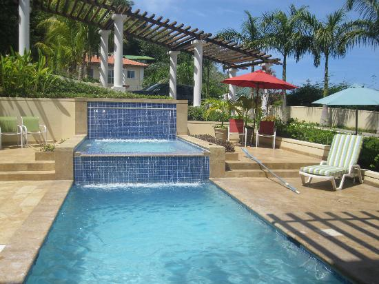 Sea Vue Luxury Condominiums: Pool