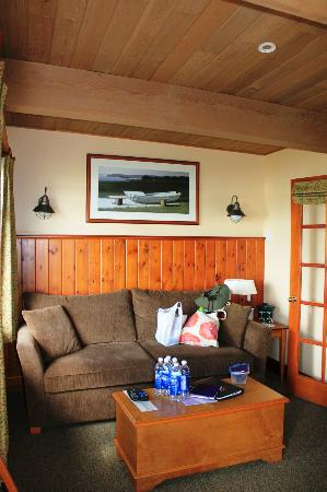 April Point Resort & Spa: Living room / pullout couch
