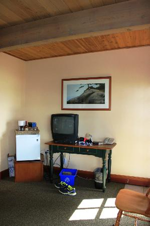 April Point Resort & Spa: Living room: Coffee/Tea, bar fridge set up.