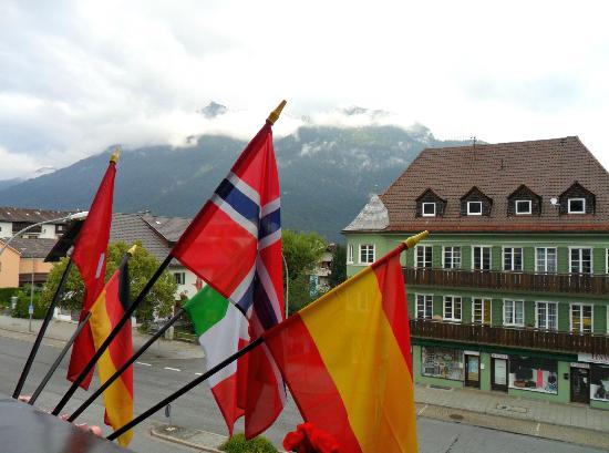 Reindl's Partenkirchner Hof: Vistas desde la habitacion, bandera incluida