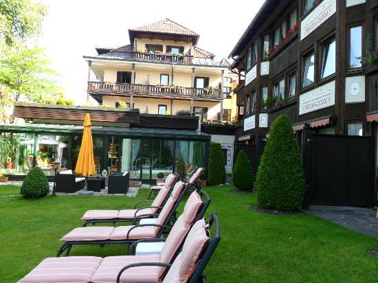 Reindl's Partenkirchner Hof: Jardin de la piscina