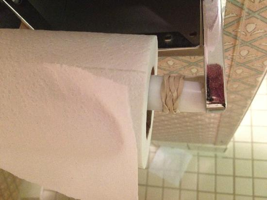 La Quinta Inn & Suites Denver Englewood Tech Ctr: Rubber band holding together toilet paper holder, really?