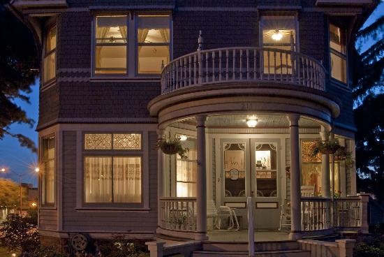 Parkview Bed and Breakfast: The B&B at night