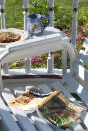 Parkview Bed and Breakfast: Relax on the front porch