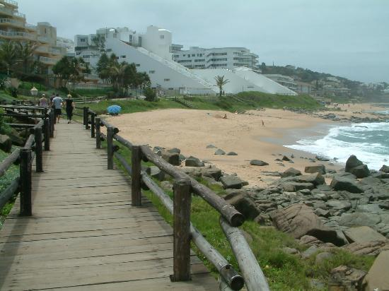 Ballito, África do Sul: Promenade with La Montagne in the distance