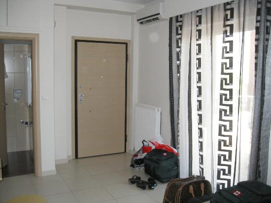 Mc Queen Hotel: Looking towards the entrance and bathroom