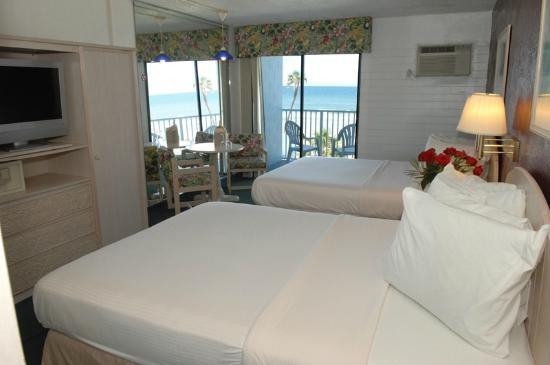 Dream Inn : Oceanfront room with two queen beds