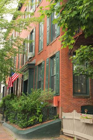 The Percy Inn: Nice old brick row house
