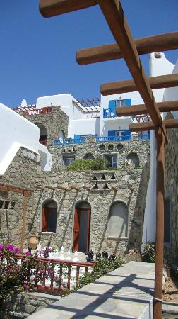 Mykonos Grand Hotel & Resort: beautiful Cycladic architecture and flowers