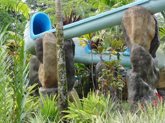 Blue River Resort & Hot Springs: Water slide into one of the pools