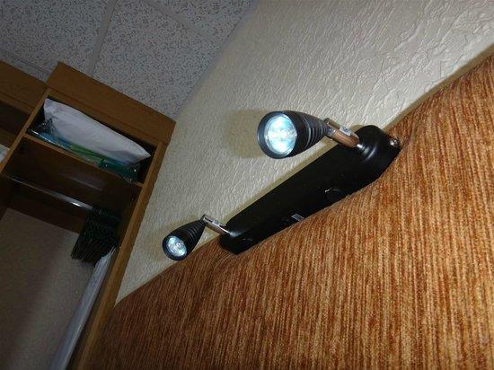 Clifton Court Hotel : Handy little spotlights above bed